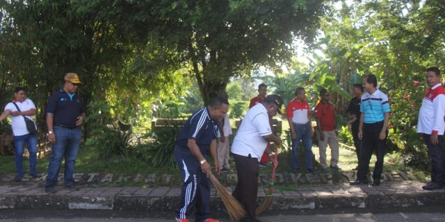 Wakil Bupati Bersama Jajaranya Bersihkan Taman Kota, Serui