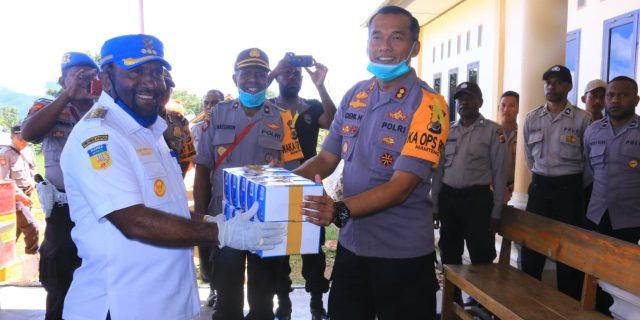 Bupati Mamteng Bantu TNI-POLRI dan Bank Papua 1.500 Masker