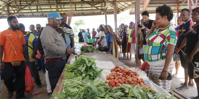 Awali Kerja Tahun 2020, Bupati Mamteng  Janji Bantu Pedagang Asli Papua