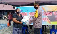 Masyarakat Yapen Dapat Bantuan Beras dari Kapolri