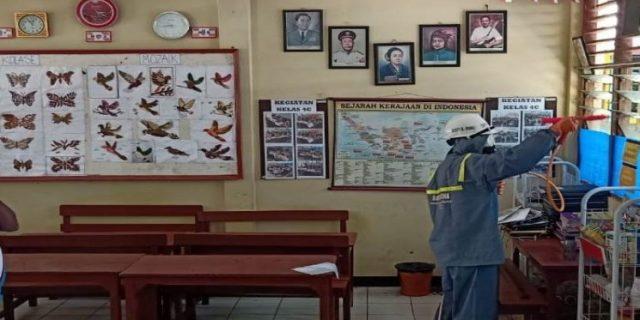 Dinas Pendidikan Bergerak Cepat Semprot Desinfektan Seluruh Sekolah